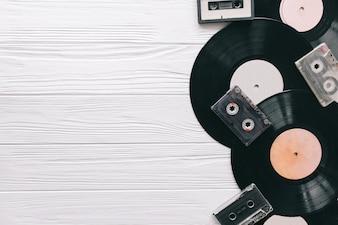 木の背景に音楽のレコード