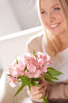 花と素敵な女性