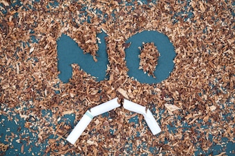 黒板に壊れたたばことたばこを入れた喫煙看板はありません。