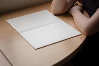 木製テーブル上のノート