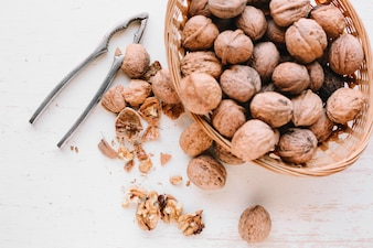 テーブル上の構成のナッツ