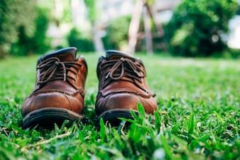 草の上に古い革のブーツ