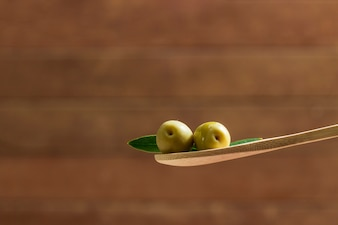 木製スプーン上のオリーブ