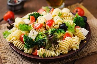 Салат из макарон с томатом, брокколи, маслинами и сыром фета