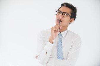 Задумчивый азиатский деловой человек