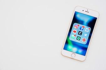 さまざまなアプリを搭載した電話