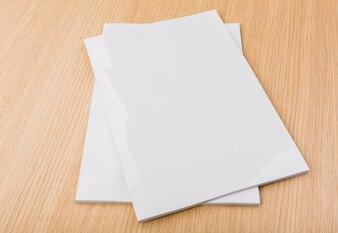 机の上に紙の小品