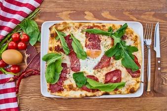 カラフルな野菜とピザ