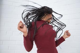 ドレッドロックで頭を振って遊ぶ黒人女性
