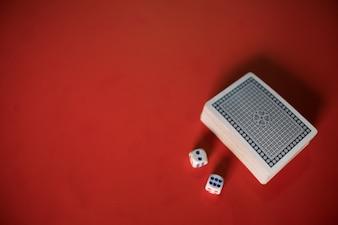 テーブル上のポーカーカードとダイス