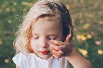 屋外の小さなブロンドの女の子の肖像
