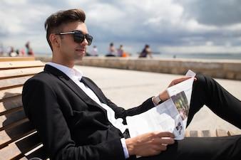 歩くことを楽しむポジティブな若いビジネスマン