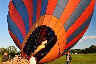 熱気球の始動の準備。
