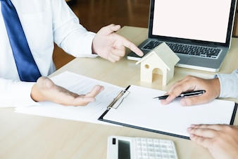 Real estate agent to present the property (house) to customer
