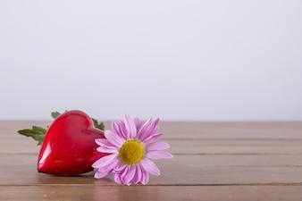 Красное сердце и цветок