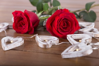 赤いバラと心臓の球根