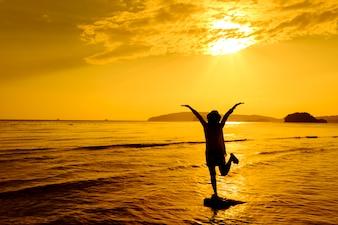 Relax Женщина прыгает море на пляже