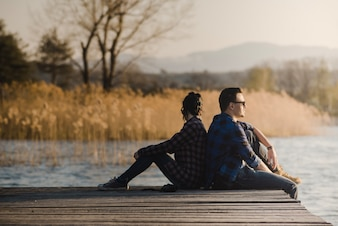 板張りに座っているリラックスした夫婦