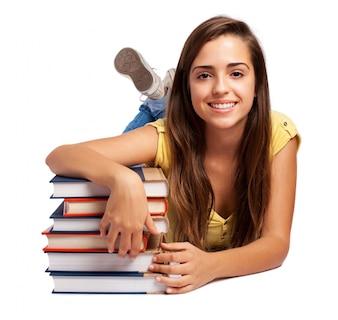 リラックスした女子高生は、彼女の本でポーズ