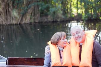 ボートに乗って楽しんで引退したカップル