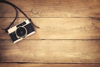 Ретро-камера на фоне деревянного стола, старинный цветовой тон