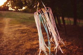 リボン付きのリングが風にぶつかる