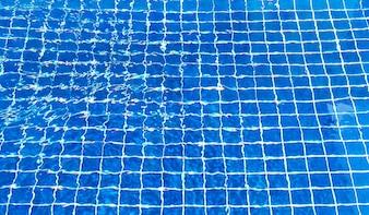 スイミングプールで水を裂いた