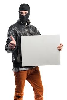 Разбойник, держащий порожний плакат