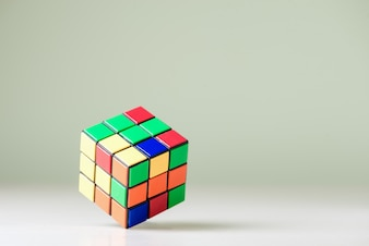 ライトブルーの背景にRubikの立方体