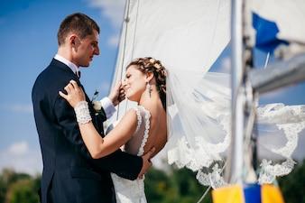 ヨットの女の子の集合家族のカップル