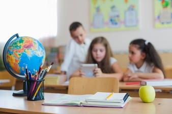 机と子供の学校用品
