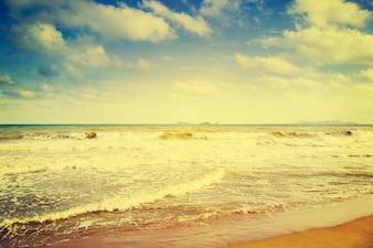 Морской пляж и синяя волна летом с эффектом винтажа.