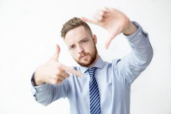 Серьезный деловой человек, делая жест кадра