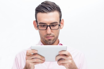 Серьезный красивый деловой человек с помощью планшета