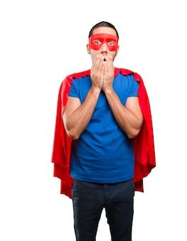 ショックを受けたスーパーヒーローポーズ