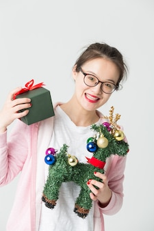 Выстрел в студии молодой азиатской женщины с рождественским подарком