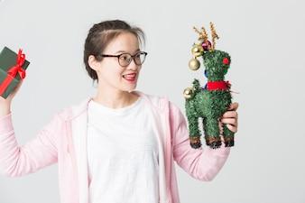 若いアジア人女性のスタジオでクリスマスプレゼントで撮影