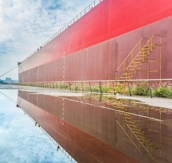 貨物コンテナ船の側面図