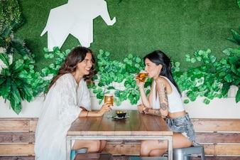テーブル、ビール、飲み物、女性、側面
