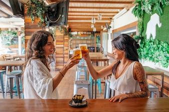 Вид сбоку женщин с пивом