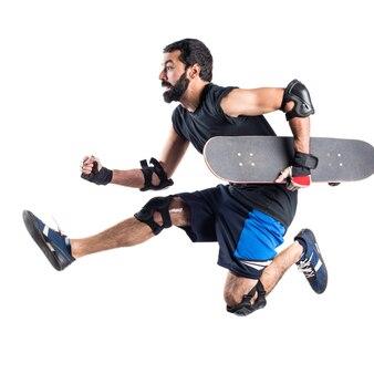 速く走っているスケーター