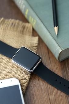 デスクトップ上のスマートな時計とスマートフォン