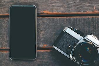 白い画面と古いカメラのスマートフォン