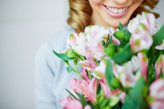 彼女の花束を持つ女性の笑顔クローズアップ