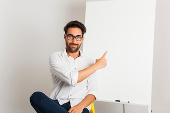 ホワイトボードを提示するスマイリー・ビジネスマン