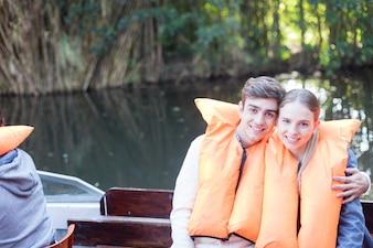 遠足を楽しんで笑顔のカップル