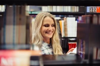 図書館の笑顔の少女