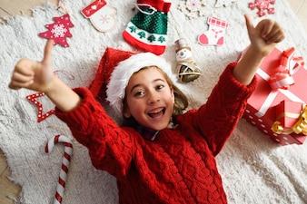 サンタの帽子を身に着けている少女を笑顔