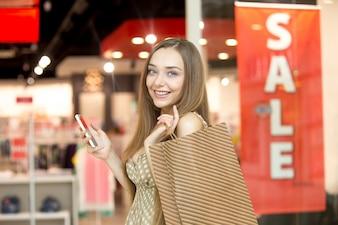 茶色の袋でoung女の子を笑顔