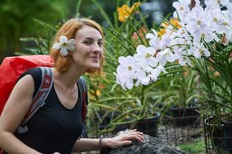 旅行観光の花の生姜を笑顔